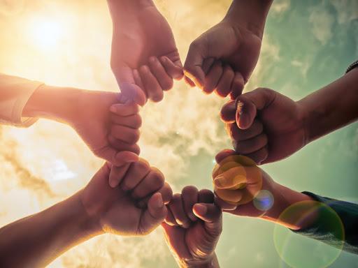 manos unidas puño