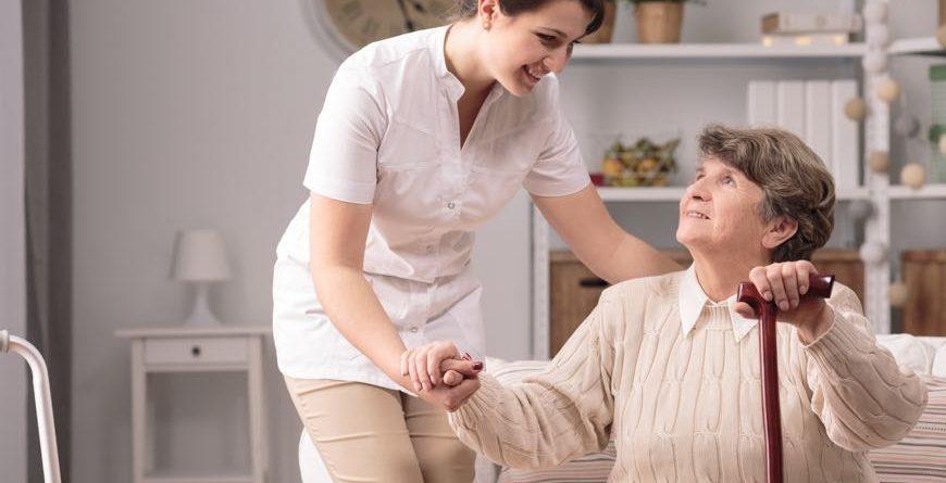 mujer ayuda adulta mayor